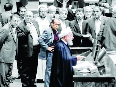نمایندهای که دست به کمر برای روحانی شاخوشانه کشید، کیست؟/ از عضویت در ستاد میرحسین تا وابستگی به اصولگرایان تندروی مجلس!
