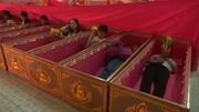 فیلم | رسم عجیب سال نو میلادی؛ خوابیدن در تابوت برای دفع شر!