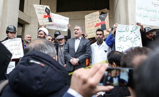 احمد توکلی در میان تجمع کنندگان مقابل سازمان خصوصی سازی /عکس