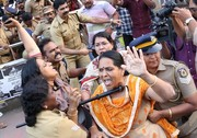 تصاویر | جنجال هندیها به خاطر ورود ۲ زن به معبد ممنوعه
