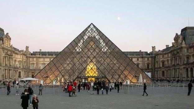بازدیدکنندگان در حال ورود به موزه لوور | Getty Images