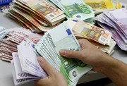 دلار در صرافیها کاهش یافت/ در بازار آزاد بالا رفت