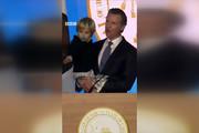 فیلم | پسر کوچولوی فرماندار کالیفرنیا مراسم را بههم ریخت