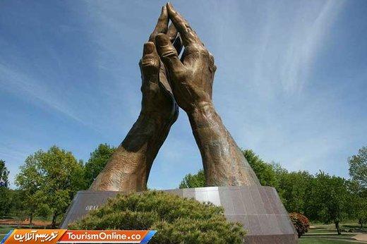 دستان در حال دعا در تالسا-آمریکا-جنس برنز و ارتفاع 18 متر