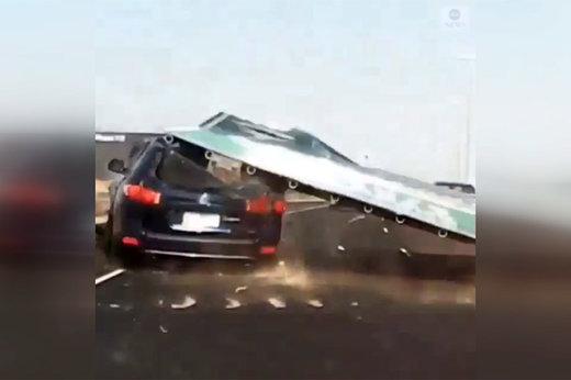 فیلم | سقوط تابلوی بزرگراه روی سانتافه حین رانندگی!