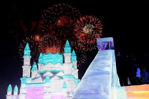 آتش بازی در مراسم افتتاحیه جشنواره مجسمههای یخی در شهر هاربین چین