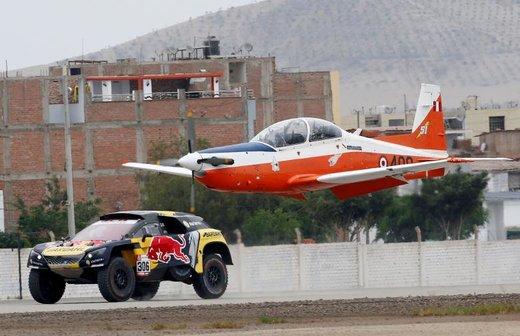 سباستین لوب، راننده رالی فرانسوی در حاشیه رالی داکار در شهر لیما پرو با هواپیما مسابقه میدهد