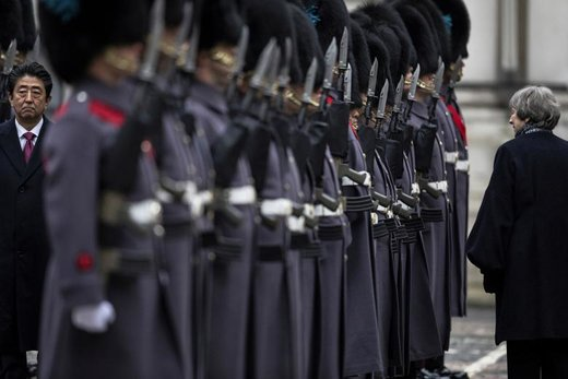 ترزا می، نخستوزیر بریتانیا، با شینزو آبه،  نخستوزیر ژاپن، در کنار گارد استقبال در لندن راه می روند