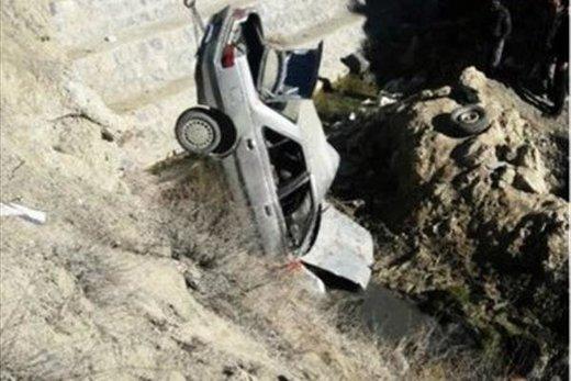 خودرو به داخل دره سقوط کرد/ راننده پشت فرمان گیر کرد