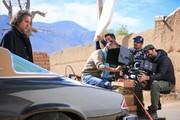 تیپ خاص فرخنژاد و نگاه نگران ساره بیات بر پوستر «سمفونی نهم»/ عکس