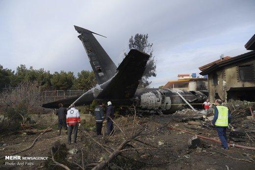 تحویل ۱۵ جسدسقوط هواپیما به پزشکی قانونی/ هویت ۱۰ نفر مشخص شد