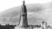 عکس | پایینکشیدن مجسمه فرح پهلوی به دست مردم منجیل