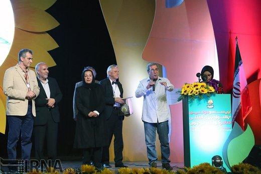 حسین محب اهری در اختتامیه بیست و دومین جشنواره بین المللی تئاتر کودک و نوجوان همدان، سال 1394 حضور دارد