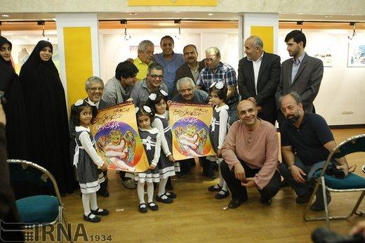 حسین محب اهری در مراسم رونمایی از پوستر جشنواره بین المللی تئاتر کودک و نوجوان همدان ، سال 1393 حضور دارد