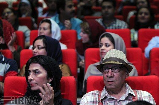 حسین محب اهری در مراسم اختتامیه پنجمین جشنواره تئاتر شهر، سال 1395 حضور دارد