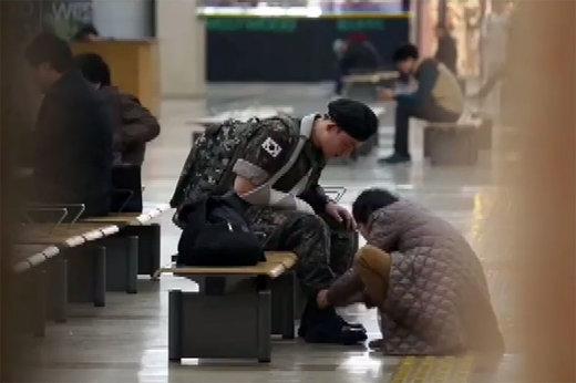 فیلم | رفتار جالب مردم با یک سرباز زخمی
