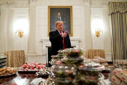 دونالد ترامپ، رئیس جمهور آمریکا در مهمانی ای که به افتخار اعضای تیم فوتبال کلمسون در کاخ سفید برگزار کرده، با آنها صحبت می کند