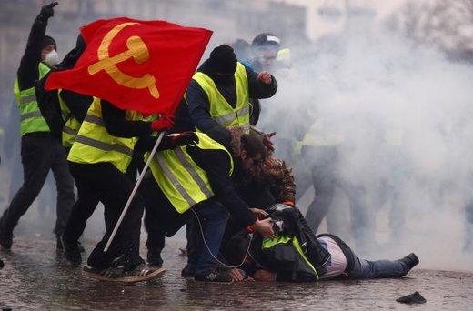 کمک جلیقه زردها به یک معترض که در تظاهرات شهر پاریس فرانسه با ماشین آبپاش پلیس آسیب دیده است
