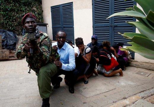 تخلیه مسافران از هتل  Dusit در شهر نایروبی کنیا در حادثه انفجار و تیراندازی در هتل