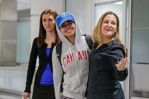 زن 18 ساله سعوی، که از خانوادهاش فرار کرده در فرودگاه بینالمللی تورنتو پیرسون با کریستیا فریلند، وزیر امور خارجه کانادا، و  صبا عباس، مشاور عمومی سازمان پناهندگان عکس می گیرد