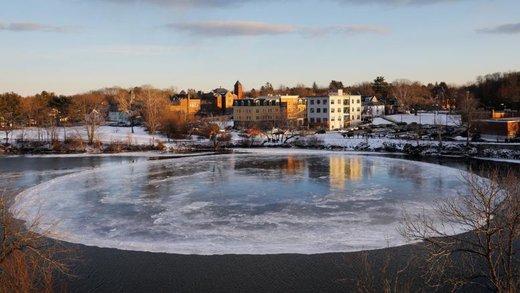 شناور شدن یک قطعه یخ بزرگ در رودخانه Presumpscot شهر وستبروک ایالت مین آمریکا