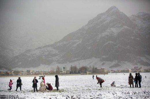 شادی مردم شهر کرمانشاه پس از بارش برف شب گذشته در بلوار طاق بستان