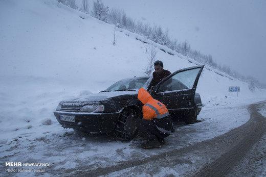 تلاش راهداران در جاده های برفی گلستان
