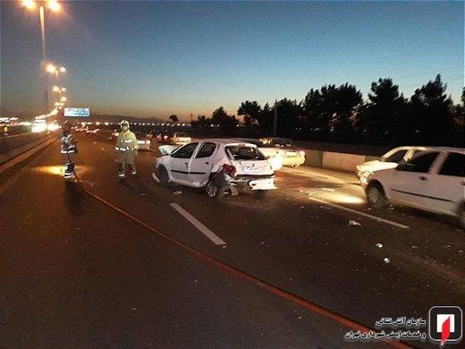 تصادف زنجیره ای 6 خودروی سواری در آزادراه قم- تهران