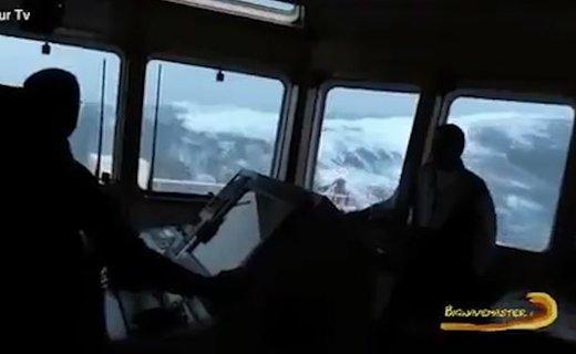 فیلم | نگاه به امواج سهمگین اقیانوس از کابین کاپیتان