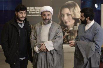سلفی مهران رجبی در لباس روحانیت کنارِ بازیگر زن آلمانی/ «پارادایس» پس از ۴ سال سرانجام اکران میشود