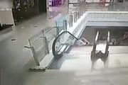 فیلم | غفلت مادر و سقوط کودک از پله برقی!