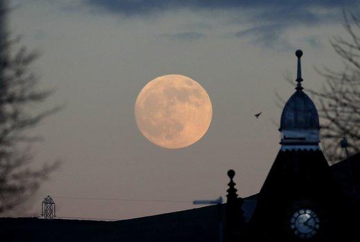 ماه به نظر می رسد کمی بزرگتر و روشن تر از حد طبیعی است