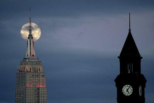 ماه در پشت ساختمان امپایر استیت در محله منهتن شهر نیویورک آمریکا