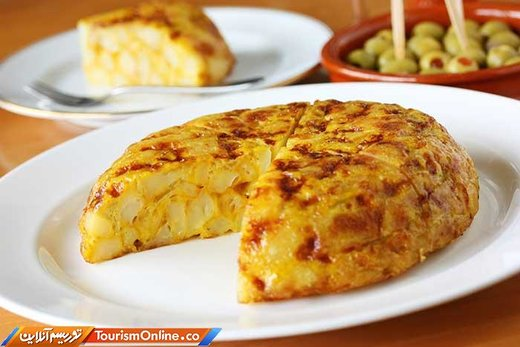 «تورتیا د پاتاتاس» یا املت اسپانیایی با تخم مرغ، سیب زمینی، روغن زیتون، پیاز و سیر درست می شود