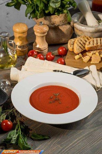 سوپ «گازپاچو» یک سوپ سرد مخصوص تابستانها که از سبزیجات خام و مخلوط شده تهیه می شود، گوجه فرنگی ، خیار، فلفل، پیاز، سیر، روغن زیتون، سرکه، آب و نمک مواد تشکیل دهنده آن هستند