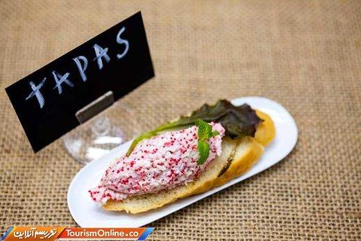 «تاپاس » در حقیقت یک پیش غذا است که به صورت لقمه بوده و محتویات آن بنا به سرد یا گرم بودن از پنیر و زیتون به ماهی سرخ کرده تغییر می کند، این پیش غذا در برخی رستورانها رایگان ارائه می شود