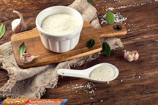 سس «آیولی» یک سس مایونز مدیترانه ای است که با سیر فراوان، روغن زیتون و نمک درست می شود