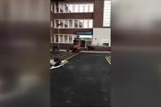 فیلم | حمله با بیل مکانیکی به هتلی در لیورپول