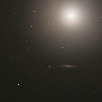 تصویری از یک کهکشان بیضوی باشکوه