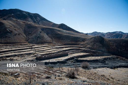 مزارع کشاورزی که روزگاری محل کشت و و منبع درآمد مردم روستا بود، که به دلیل خشکسالی به حال خود رها شدهاند