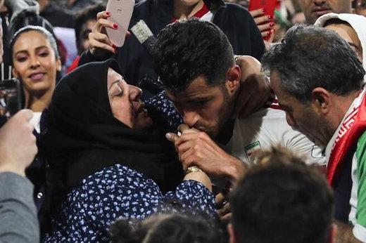 فیلمی که AFC از مرتضی پورعلی گنجی بعد از بوسیدن دست مادرش منتشر کرد