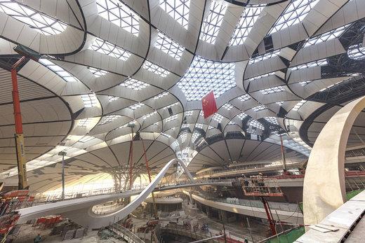 در 19 دسامبر سال 2018 کارگران بر روی سقف فرودگاه بینالمللی داشینگ پکن کار میکنند