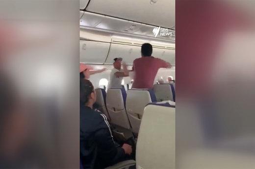 فیلم | کتککاری مسافر مست در هواپیما، پرواز را به مبدا بازگرداند
