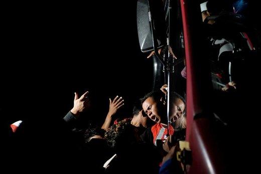 واکنش یک مرد مهاجر به بالاآمدن دیگر مهاجران و فشار وارد کردن آنها در شهر  Ingenio Santo Domingo مکزیک، این اتوبوس به سوی آمریکا میرود