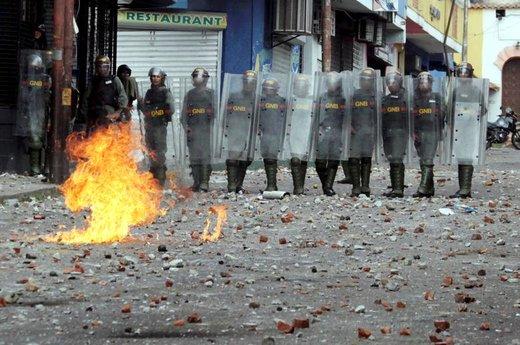 نگاه کردن پلیس ونزوئلا به تظاهرکنندگان علیه نیکلاس مادورو، رئیس جمهور قانونی این کشور، در ایالت تاچیرا