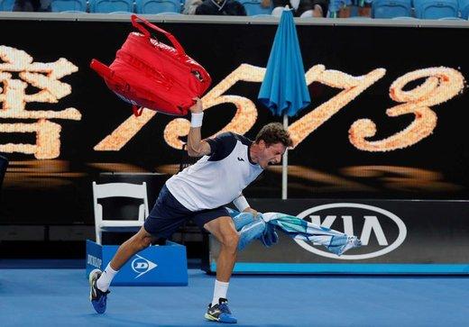 عکس العمل پابلو کارنیو، تنیسباز اسپانیایی به باختش در برابر کی نیشیکوری، حریف ژاپنی، در شهر ملبورن استرالیا
