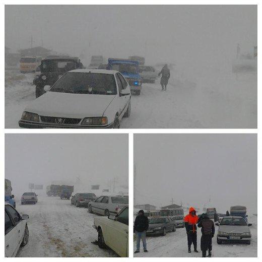 کولاک گردنه مایین بلاغ شاهیندژ را مسدود کرد/ گرفتاری دهها خودرو بهدلیل برف و کولاک