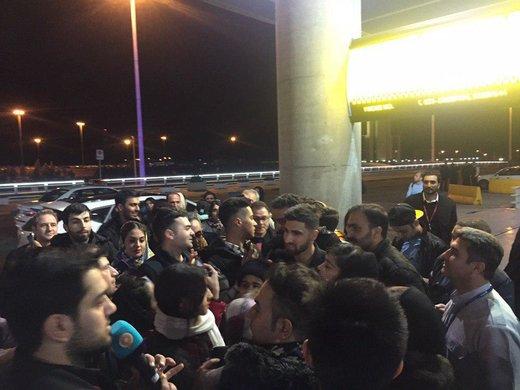 هرج و مرج در خروج ملیپوشان از فرودگاه/ بیرانوند به کتابفروشی پناه آورد!