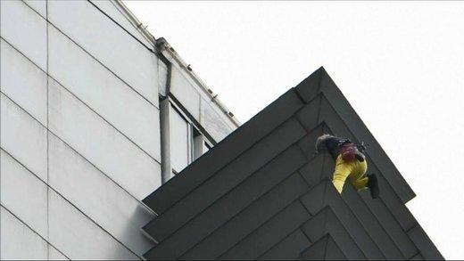 فیلم | مرد عنکبوتی پس از بالا رفتن از برج ۴۷ طبقه بازداشت شد