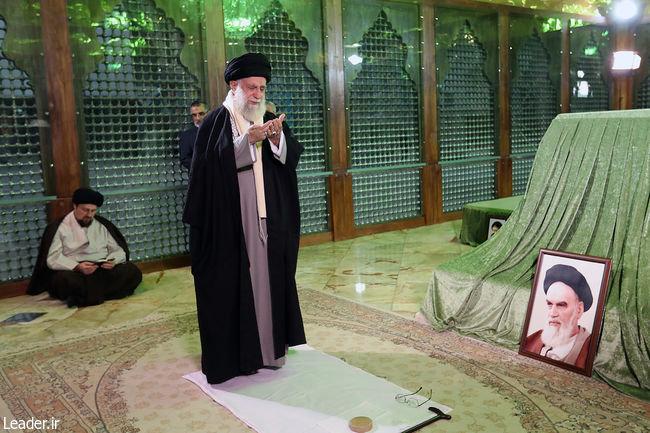 عکس   رهبر انقلاب و سیدحسن خمینی در مرقدم امام (ره)